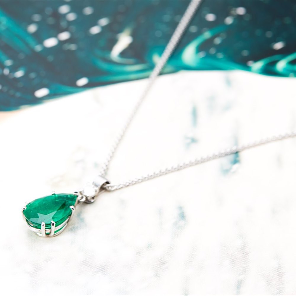 18K White Gold 3.80cts Colombian Emerald & 0.20cts Diamond Pendant Necklace